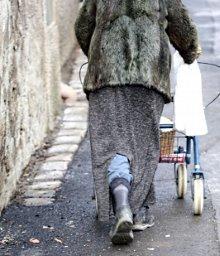Arme Frau auf der Straße - © Maren Beßler / pixelio.de