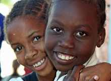 Kinderlachen aus Mosambik - © vagamundos.info / pixelio.de